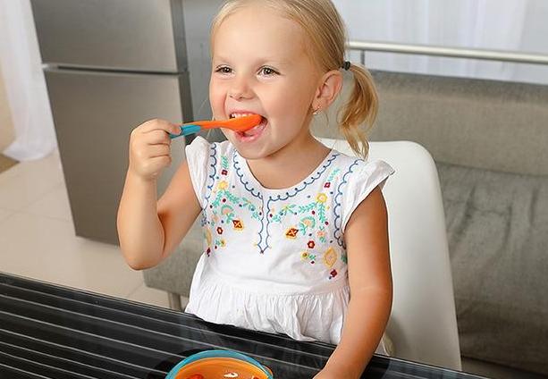 宝宝可以用硅胶勺子吗-婴儿用硅胶勺子安全吗对孩子的身体好吗,宝宝六个月以后,就可以添加辅食了,添加辅食对于小宝宝来说,可是打开了新世界的大门,他们可以用味蕾体验这个丰富多彩的世界,品尝妈妈精心准备的各种美食。宝宝在品尝美味辅食之前还需要一把打开新世界大门的钥匙,一把好用的硅胶勺子。相对于怎么给宝宝选择奶瓶啊、选择碗啊,给宝宝选择一把合适的硅胶勺子更有讲究!因为宝宝使用的勺子是什么材质、款式,包括其功能,这都是需要家长去考虑关注的问题!那么,宝宝可以用硅胶勺子吗-婴儿用硅胶勺子安全吗对孩子的身体好吗?
