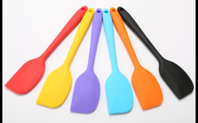 硅胶厨具套装 硅胶吃饭兜 室温硫化硅橡胶 硅橡胶制品厂家为你讲解