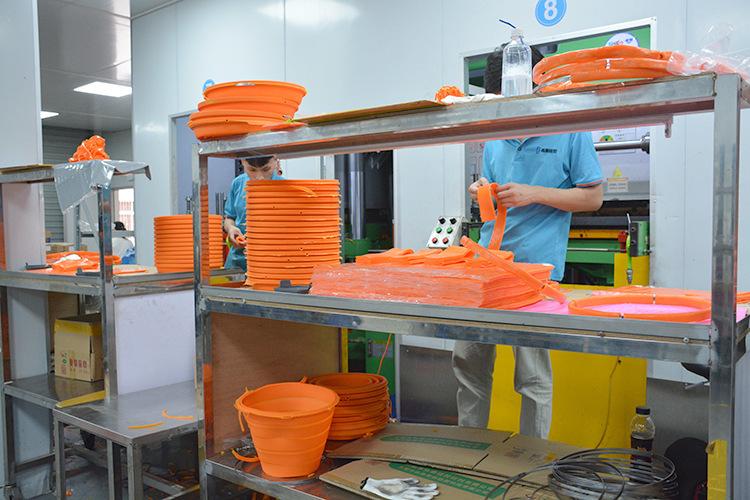 硅胶折叠桶生产车间